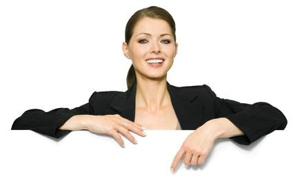 Geschaeftsfrau zeigt mit Finger auf Textfreiraum